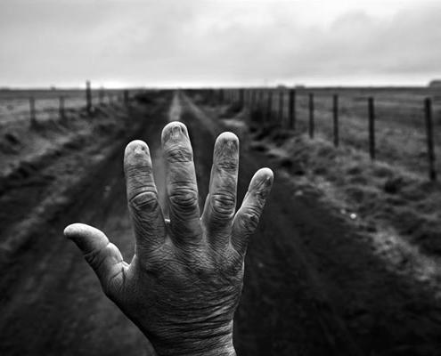 La mano de Alfredo Cerán, que trabajó en campos de Monte Maíz. Sus análisis de sangre muestran residuos de glifosato, atrazina y 2.4-D. Los peones no siempre son provistos de equipamiento para protegerse de los plaguicidas. (Fotografo Pablo Piovano)